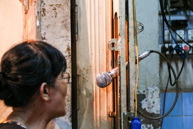 """Gần 100.000 đồng/đĩa nhưng cơm tấm bà Bảy """"lưỡi lam"""" 30 năm vẫn hút khách Sài Gòn mỗi đêm - Ảnh 6."""