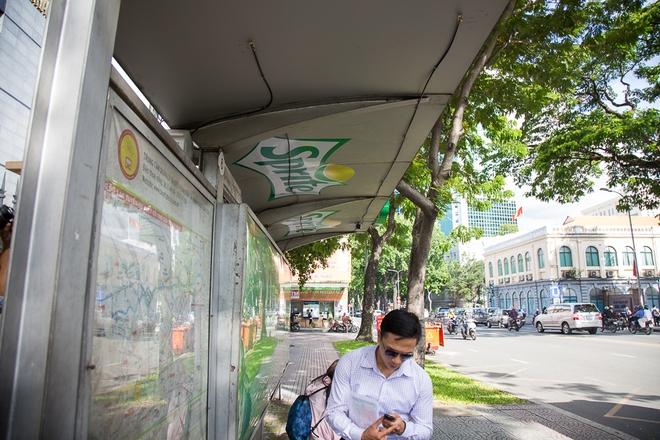 Sinh viên thích thú khi nhà chờ xe buýt ở Sài Gòn được làm mát bằng hệ thống phun sương - Ảnh 4.