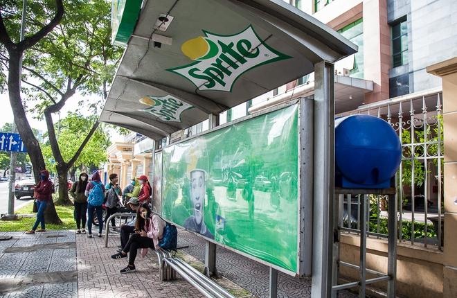 Sinh viên thích thú khi nhà chờ xe buýt ở Sài Gòn được làm mát bằng hệ thống phun sương - Ảnh 2.