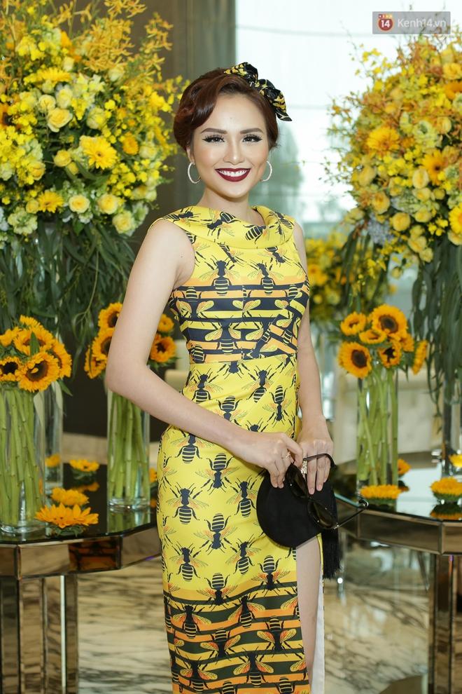 Bộ đôi Hoa hậu Kỳ Duyên - Mỹ Linh đọ sắc với tông vàng rực rỡ tại show thời trang - Ảnh 16.