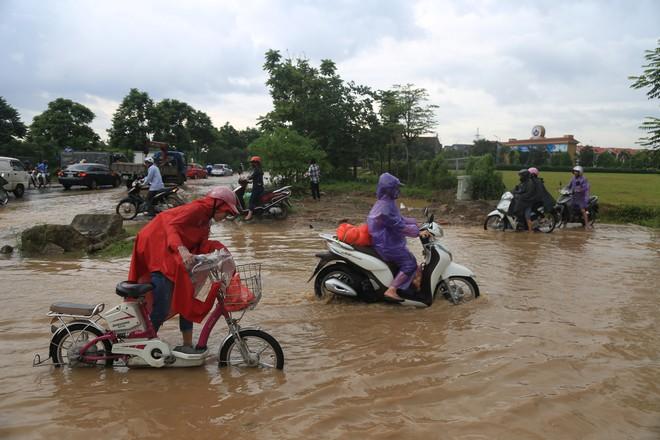 Chùm ảnh: Ngày Hà Nội ngập nặng sau mưa lớn, nghề giải cứu người và xe lại lên ngôi - Ảnh 1.