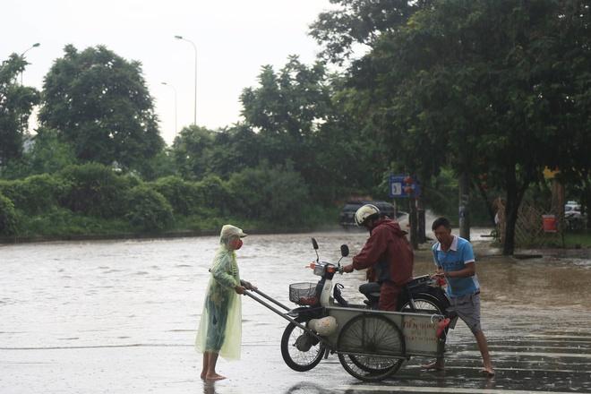 Chùm ảnh: Ngày Hà Nội ngập nặng sau mưa lớn, nghề giải cứu người và xe lại lên ngôi - ảnh 6