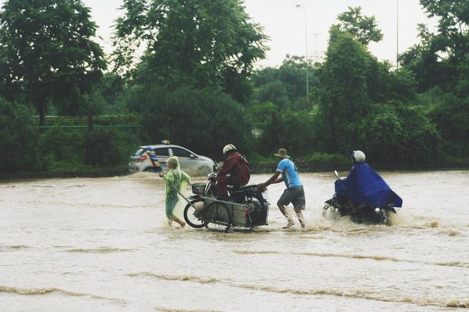 Chùm ảnh: Ngày Hà Nội ngập nặng sau mưa lớn, nghề giải cứu người và xe lại lên ngôi - ảnh 7