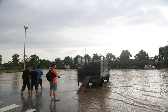 Chùm ảnh: Ngày Hà Nội ngập nặng sau mưa lớn, nghề giải cứu người và xe lại lên ngôi - ảnh 4