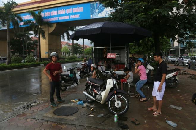 Chùm ảnh: Ngày Hà Nội ngập nặng sau mưa lớn, nghề giải cứu người và xe lại lên ngôi - ảnh 3