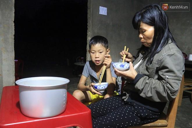 Bữa cơm của Lộc giờ đây không còn phải lủi thủi một mình trong xó bếp.