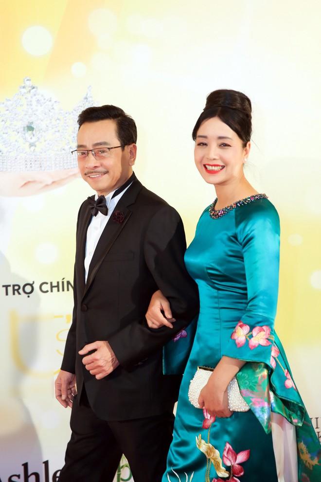 Diện trang phục lịch lãm, Việt Anh bảnh bao bên dàn chân dài Việt tại trời Tây - ảnh 3