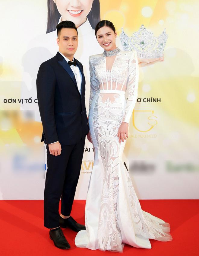Diện trang phục lịch lãm, Việt Anh bảnh bao bên dàn chân dài Việt tại trời Tây - ảnh 1