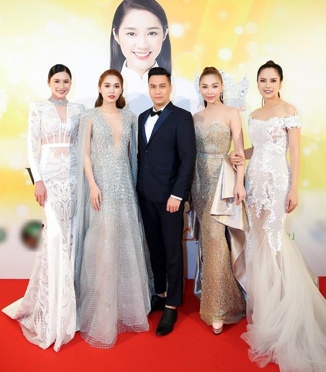 Diện trang phục lịch lãm, Việt Anh bảnh bao bên dàn chân dài Việt tại trời Tây - ảnh 2