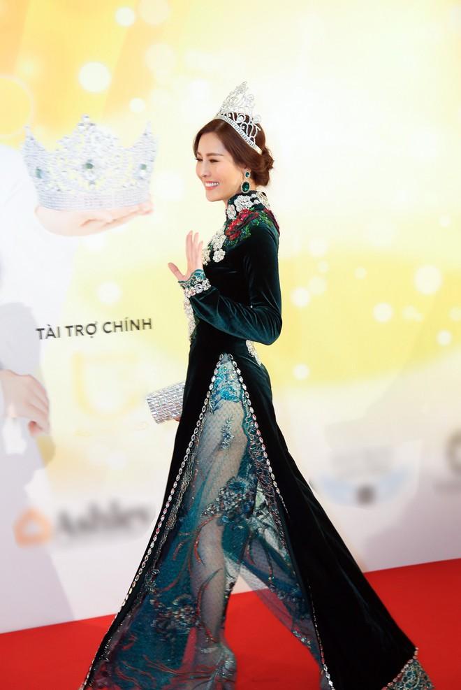 Diện trang phục lịch lãm, Việt Anh bảnh bao bên dàn chân dài Việt tại trời Tây - ảnh 4