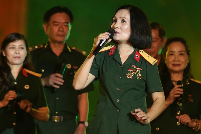 Đông Nhi nồng nàn, Phương Linh nghẹn ngào khi hát về những anh hùng của dân tộc - Ảnh 13.