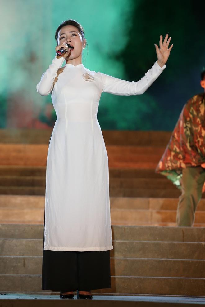 Đông Nhi nồng nàn, Phương Linh nghẹn ngào khi hát về những anh hùng của dân tộc - Ảnh 4.