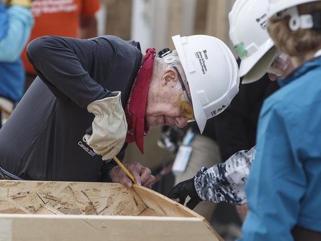 Dù phải nhập viện vì ngã quỵ dưới nắng nóng, cựu tổng thống Mỹ 92 tuổi vẫn quay lại xây nhà cho người nghèo