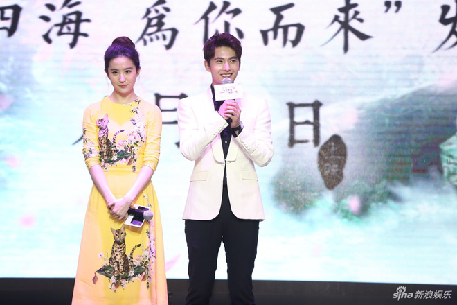 """Vừa úp mở chuyện chia tay với Song Seung Hun, Lưu Diệc Phi đã rạng rỡ và tình tứ bên """"người tình màn ảnh"""" kém 4 tuổi"""