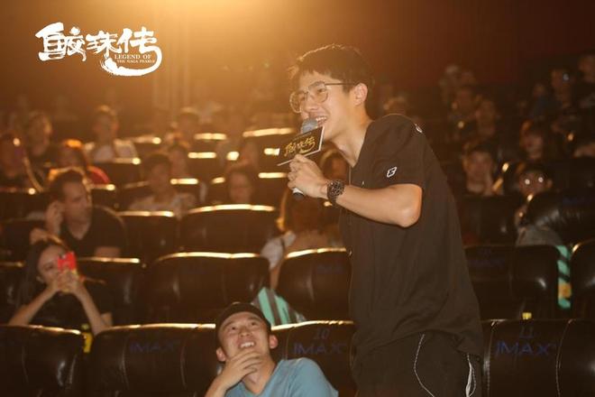 Chưa đủ tuổi vị thành niên, Vương Tuấn Khải (TFBoys) được đàn anh chăm sóc tận tình khi đi xem phim có cảnh hot - Ảnh 4.