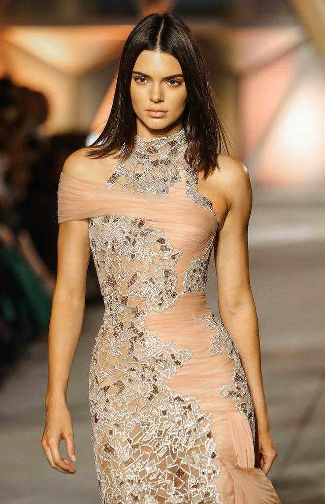 Bằng tuổi Kendall Jenner và Bella Hadid cộng lại, Kate Moss có bị chặt đẹp cũng là lẽ dễ hiểu - Ảnh 3.