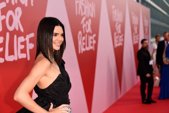 Bella mải xốc váy vì sợ lộ hàng, Kendall diện cả quần short đi thảm đỏ Cannes - Ảnh 7.