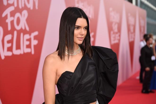Bella mải xốc váy vì sợ lộ hàng, Kendall diện cả quần short đi thảm đỏ Cannes - Ảnh 6.