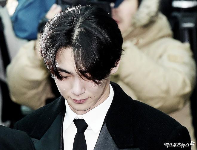 Trong tang lễ Jonghyun, có những người cố nín khóc: Anh cứ an tâm ra đi, chúng em ở lại sẽ cố thay anh mạnh mẽ - Ảnh 23.