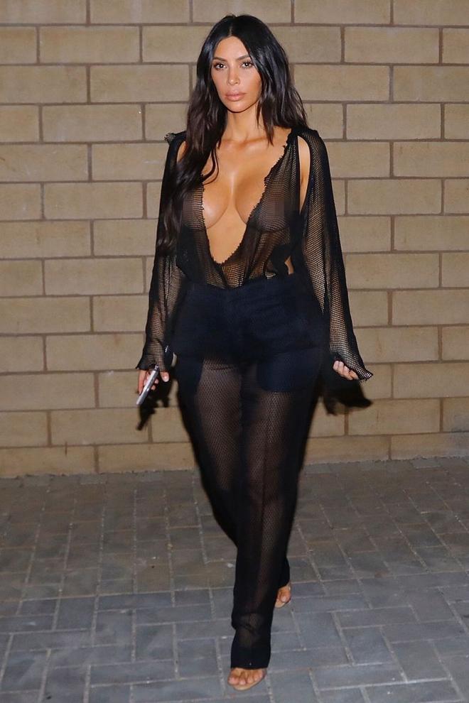 Hở bạo, mặc bra xuyên thấu đi mua kẹo dẻo lúc nửa đêm, chính là Kim Kardashian - Ảnh 4.