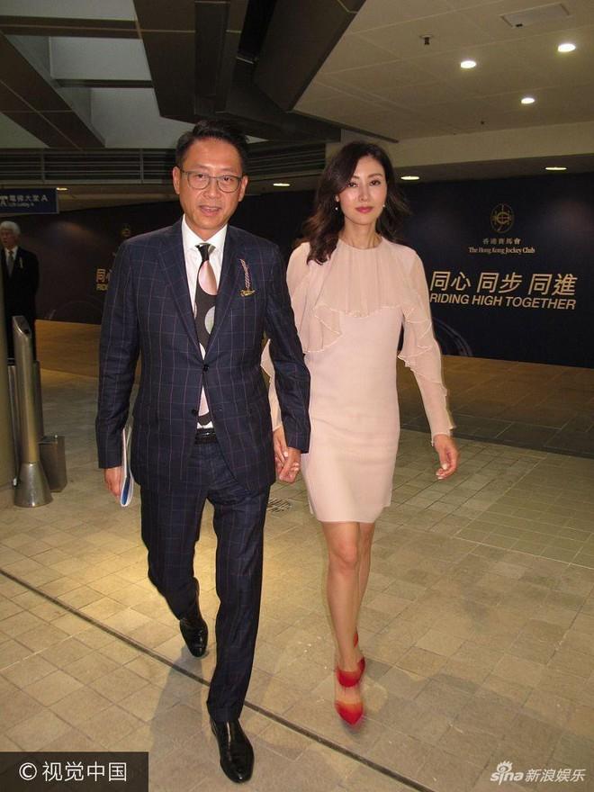 Hoa hậu Hồng Kông trẻ đẹp và hạnh phúc bên chồng đại gia, khoe nhẫn kim cương khủng với nụ cười rạng rỡ - Ảnh 1.