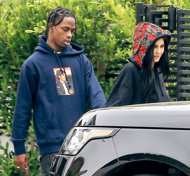 Kylie Jenner đau buồn vì bạn trai đi chơi với vũ nữ thoát y, bỏ mặc cô mang bầu ở nhà một mình? - ảnh 1