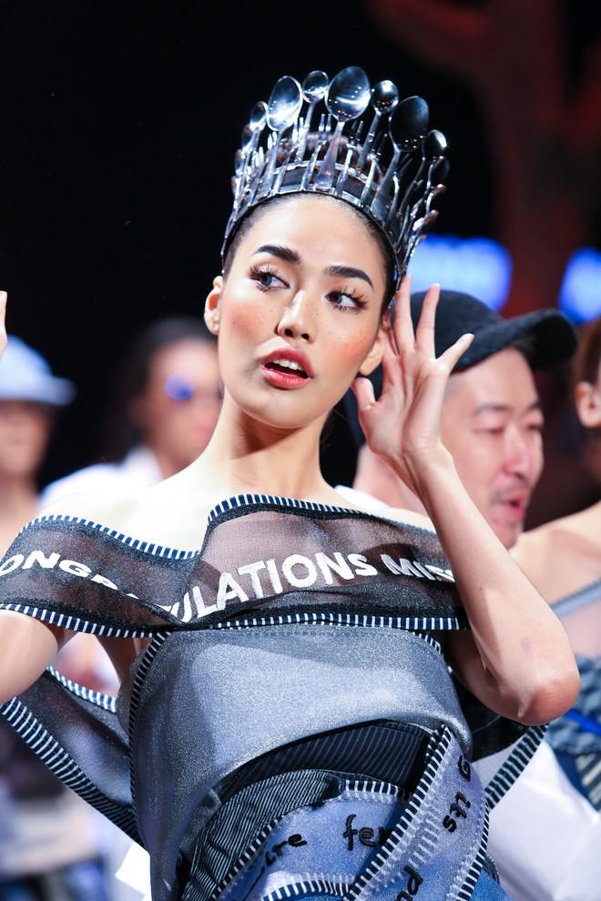 Cong cớn lại kiêu kỳ, Mợ Tư Rình Lan Khuê đăng quang luôn trên sân khấu Elle Fashion Show! - ảnh 6