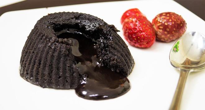 Làm lava cake chỉ bằng lò vi sóng trong tích tắc - Ảnh 7.