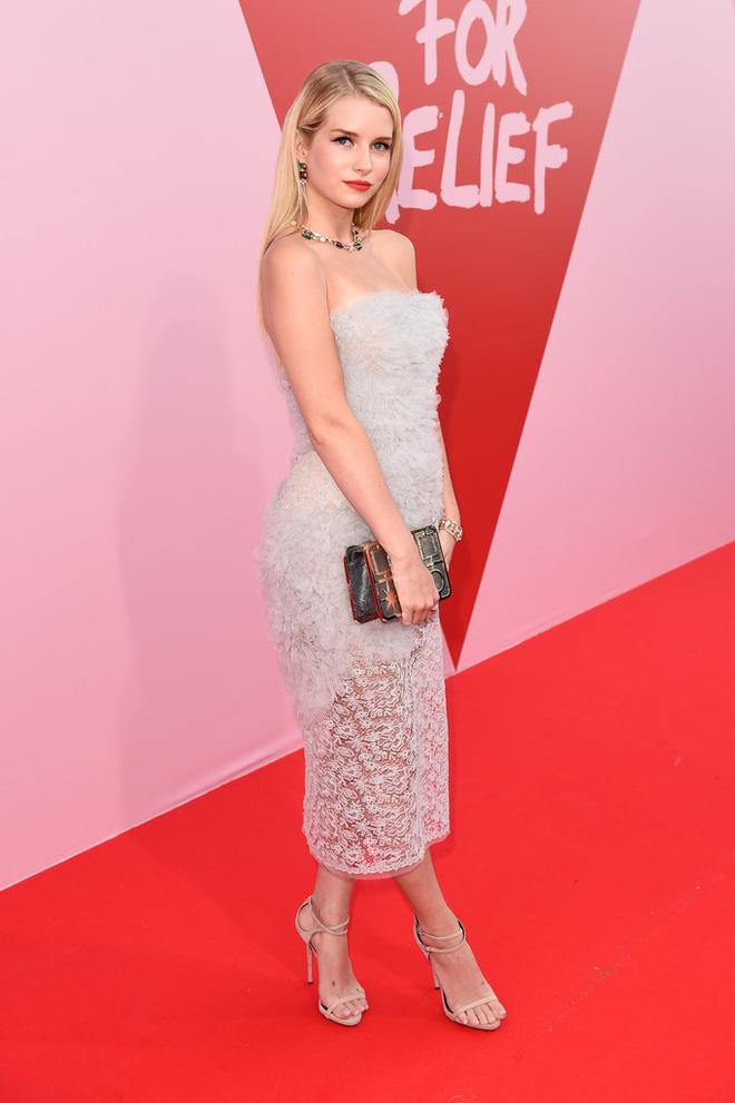 Bella mải xốc váy vì sợ lộ hàng, Kendall diện cả quần short đi thảm đỏ Cannes - Ảnh 11.