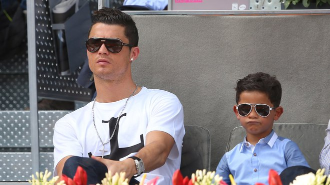 Con trai Ronaldo lại sút phạt ghi bàn giống bố: Dấu hiệu của siêu sao tương lai - Ảnh 2.