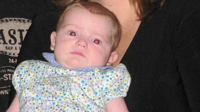Ai cũng từng thắc mắc chụp ảnh ban đêm hay bị mắt đỏ, đây là lí do tại sao - Ảnh 3.