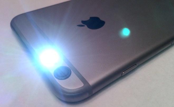 Không chỉ có tác dụng chiếu sáng khi chụp ảnh, đèn flash trên iPhone còn có 4 công dụng mà bạn không ngờ tới như này - Ảnh 2.