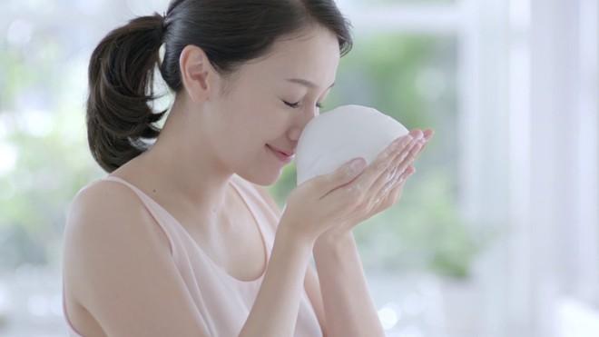 Những thói quen rửa mặt sai cách khiến làn da con gái xuống cấp nhanh chóng - Ảnh 2.