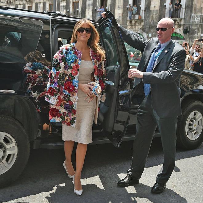Không hổ danh Đệ nhất phu nhân nước Mỹ, bà Melania Trump lại diện áo khoác hơn 1,1 tỷ đồng - Ảnh 1.