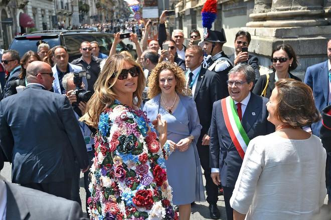 Không hổ danh Đệ nhất phu nhân nước Mỹ, bà Melania Trump lại diện áo khoác hơn 1,1 tỷ đồng - Ảnh 6.