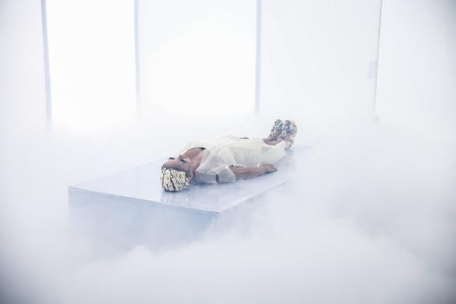 Thảo Trang tạo hình như người ngoài hành tinh, quyến rũ trong MV mới