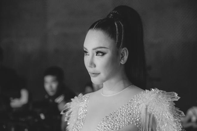 Hồ Quỳnh Hương diện jumpsuit xuyên thấu, tự tin khoe vũ đạo sau rất lâu tạm xa dòng nhạc Dance - Ảnh 2.