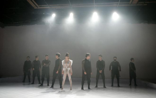 Hồ Quỳnh Hương diện jumpsuit xuyên thấu, tự tin khoe vũ đạo sau rất lâu tạm xa dòng nhạc Dance - Ảnh 4.
