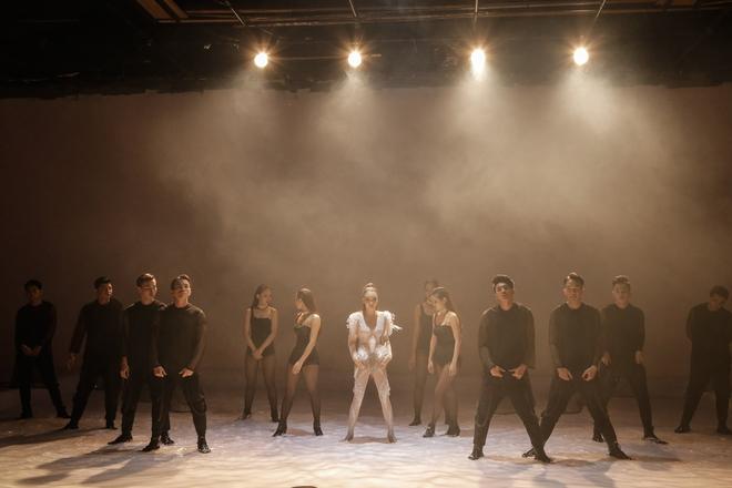 Hồ Quỳnh Hương diện jumpsuit xuyên thấu, tự tin khoe vũ đạo sau rất lâu tạm xa dòng nhạc Dance - Ảnh 6.