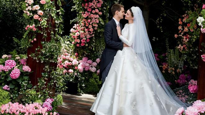 Nhìn vào chiếc váy cưới Dior của Miranda Kerr, bạn sẽ tin rằng đôi khi giấc mơ có thật - Ảnh 1.