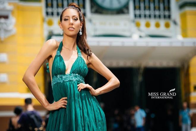 Lỗi thời trang của dàn thí sinh Miss Grand International: Người khoe hai lưng, người diện đầm như đồ cũ 10 năm trước - Ảnh 12.