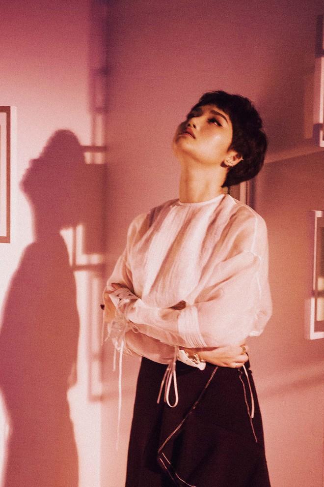 Miu Lê cắt tóc ngắn, ra mắt MV trắng đen đầy ấn tượng cho lần trở lại