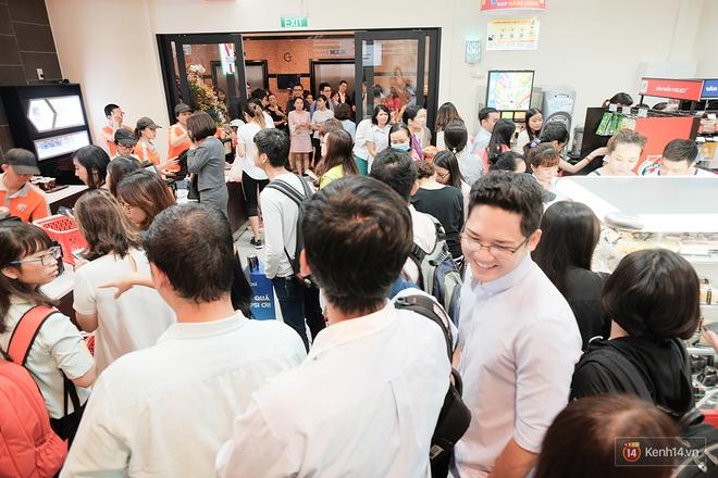Khách xếp hàng dài vào mua sắm ở 7-Eleven Sài Gòn trong ngày đầu tiên mở cửa - Ảnh 5.
