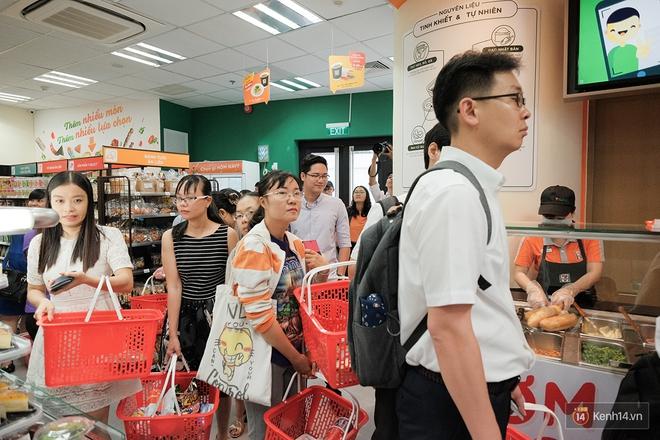 Khách xếp hàng dài vào mua sắm ở 7-Eleven Sài Gòn trong ngày đầu tiên mở cửa - Ảnh 7.