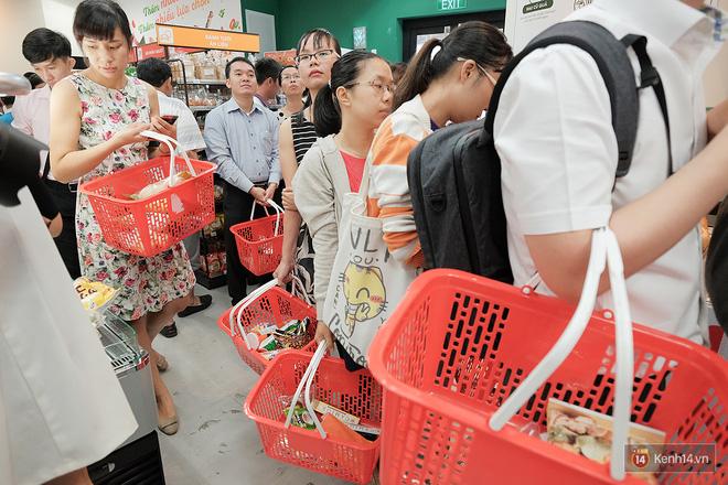 Khách xếp hàng dài vào mua sắm ở 7-Eleven Sài Gòn trong ngày đầu tiên mở cửa - Ảnh 6.