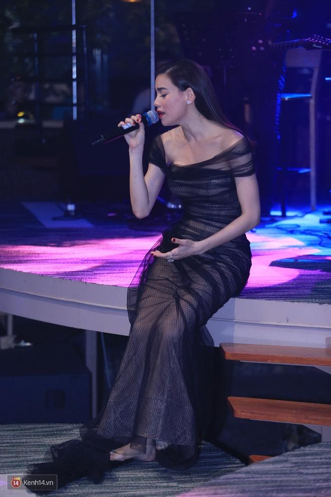 Kim Lý theo Hồ Ngọc Hà ra Hà Nội tổ chức mini show, ngồi một góc ở phòng trà ủng hộ bạn gái - Ảnh 12.