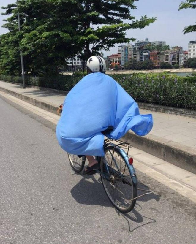 Người Hà Nội quấn chăn, quần áo kín mít tránh nắng nóng kỷ lục trong 40 năm qua - Ảnh 4.