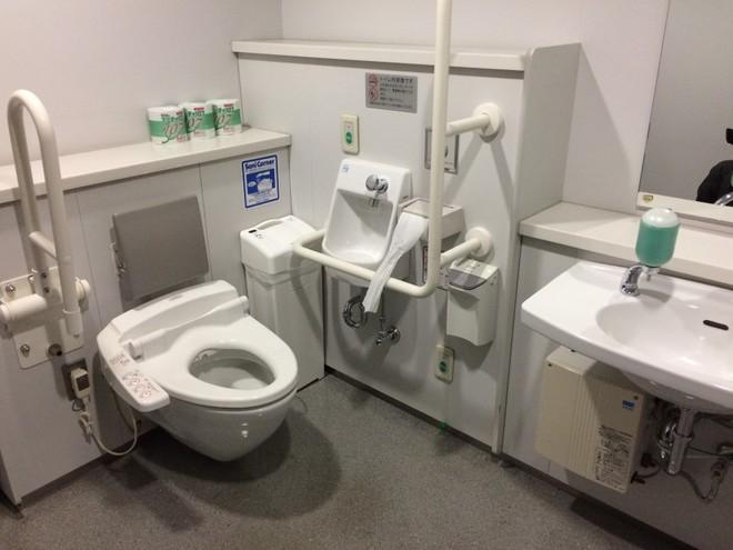 Ở Nhật Bản, giám đốc cũng phải đi cọ toilet! Lý do là... - Ảnh 1.
