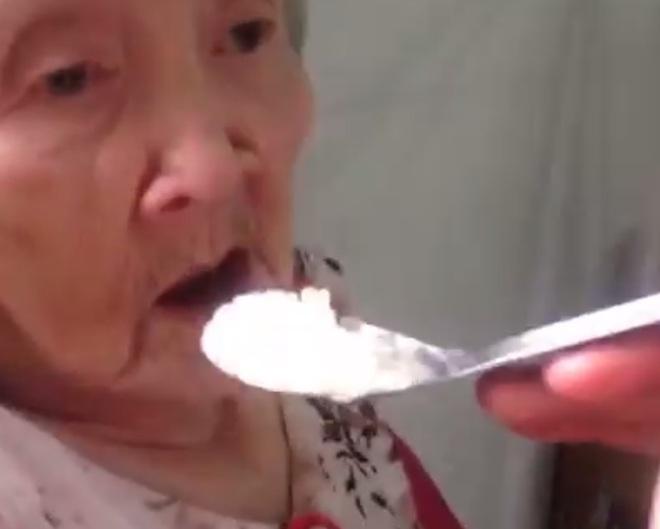 Bà ngoại dễ thương còn cháu thì cực lầy, và chúng ta có clip cho bà ăn đáng yêu nhất quả đất! - Ảnh 3.