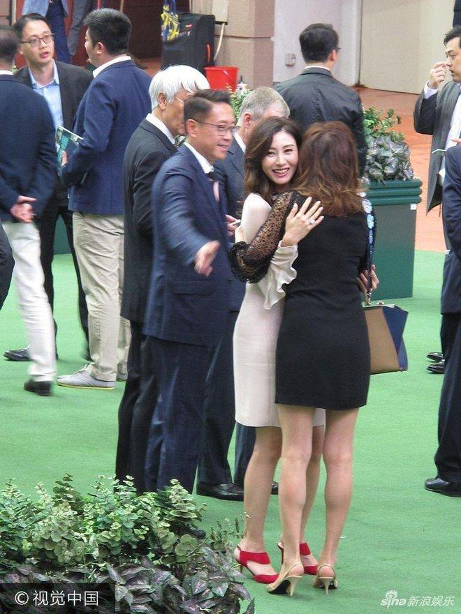 Hoa hậu Hồng Kông trẻ đẹp và hạnh phúc bên chồng đại gia, khoe nhẫn kim cương khủng với nụ cười rạng rỡ - Ảnh 5.